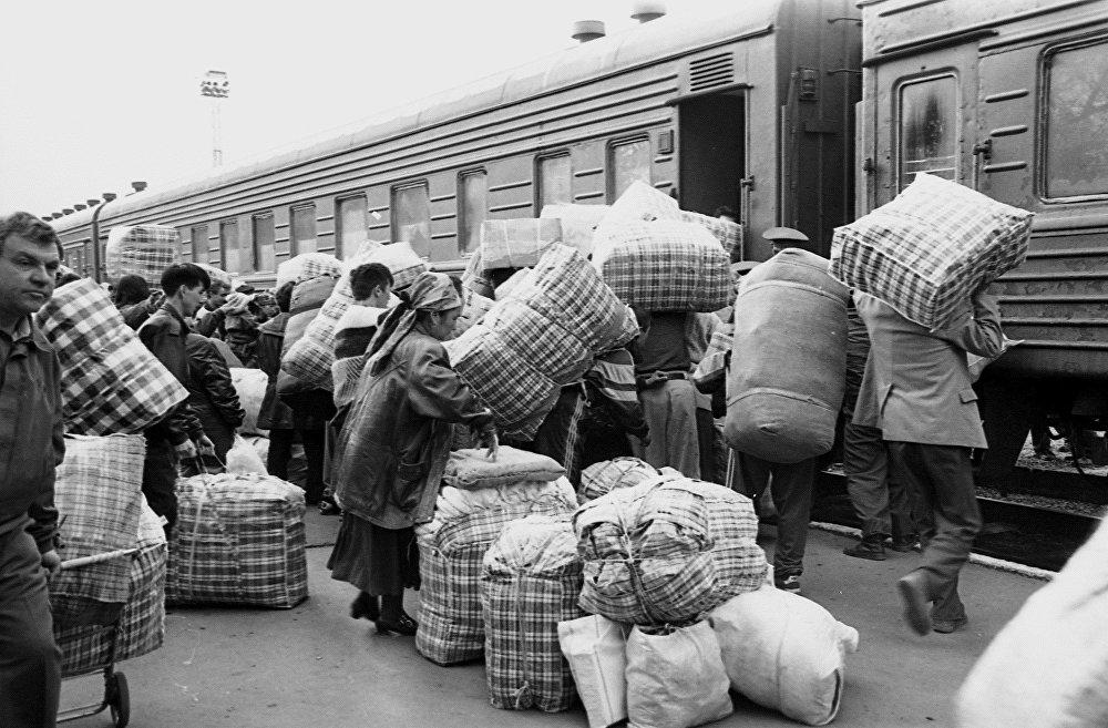 1997-жыл. Бишкектин бекетиндеги челнокчулар