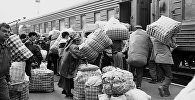 1997 — челноки на вокзале в Бишкеке. Архивное фото