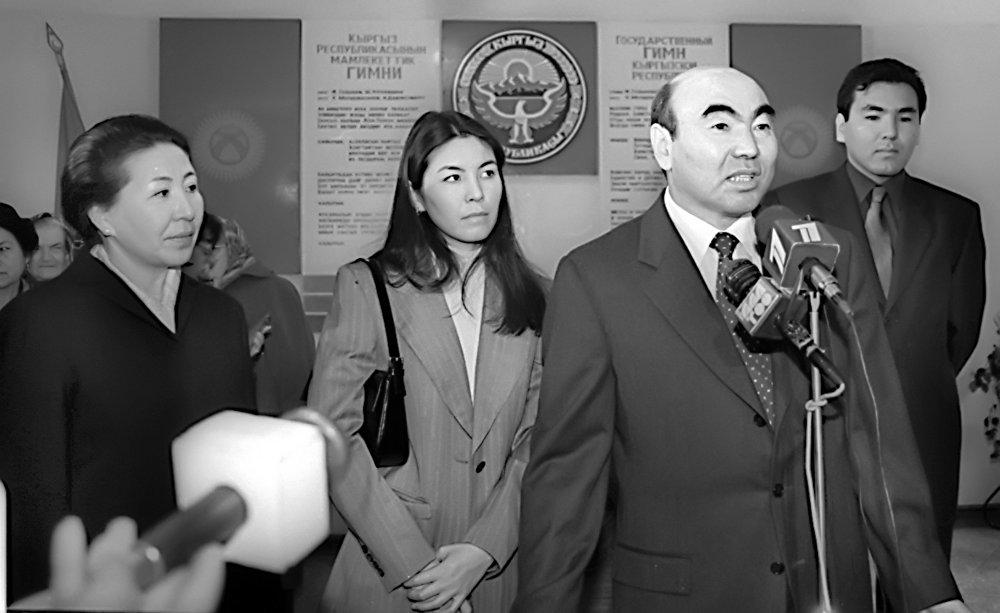 2001-жыл. Акаев үй-бүлөсү менен. Аялы Майрам, кызы Бермет, уулу Айдар