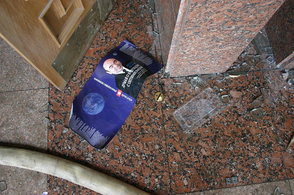 2004-жыл. Президент реалдуулук менен болгон байланышын жогото баштаган. Акаевдин акыркы чыккан китеби ушундай аталган