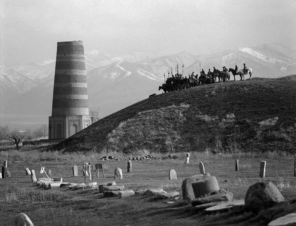 2003-жыл. Кыргызстан мамлекеттүүлүгүнүн 2 200 жылдыгын белгиледи. Сүрөттө Бурана мунарасы