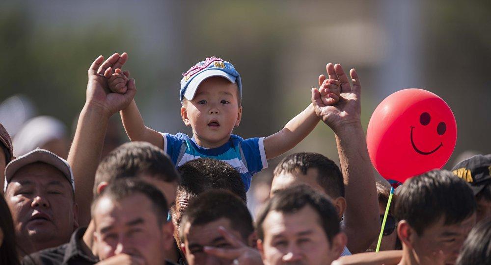 Юный зритель военного парада. Кто знает, может в будущем он пойдет служить на благо Родине