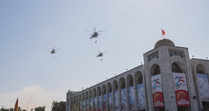 Здесь маршем прошли 1 500 военнослужащих, проехали 80 единиц военной техники, пролетели вертолеты.