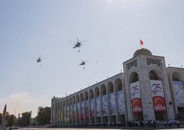 Военные вертолеты пролетели низко над площадью