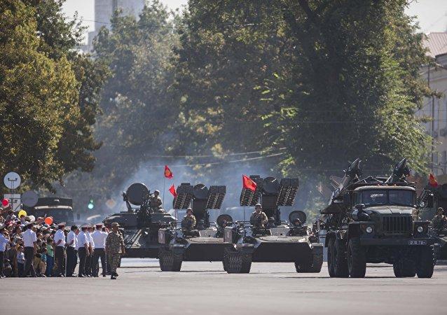 80 единиц военной техники проехались по проспекту Чуй. Недавно там был уложен новый асфальт