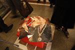 Апрель окуяларындагы качкын президент Курманбек Бакиевдин айрылган портрети