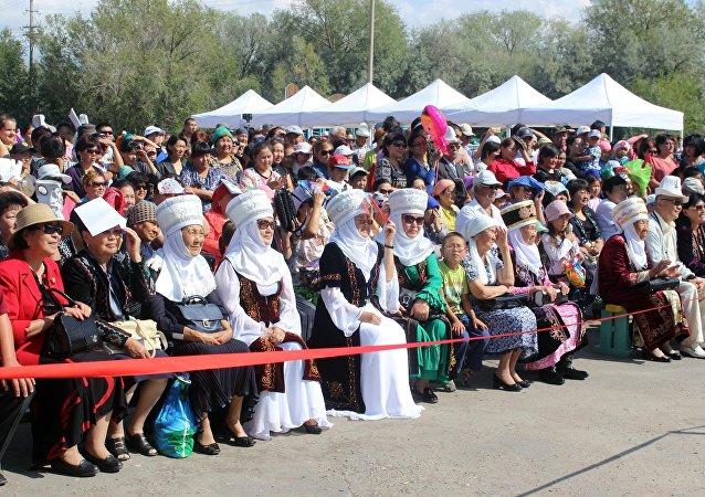 Зрители на праздновании 25-летия независимости Кыргызстана в Балыкчи
