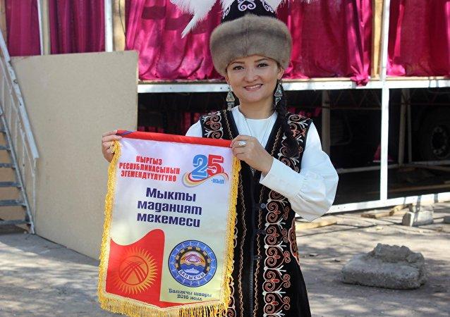Девушка на праздновании 25-летия независимости Кыргызстана в Балыкчи