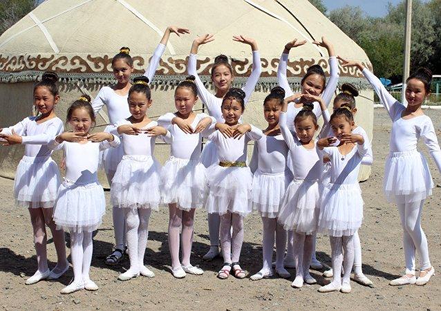 Девушки в национальных одеждах на праздновании 25-летия независимости Кыргызстана в Балыкчи