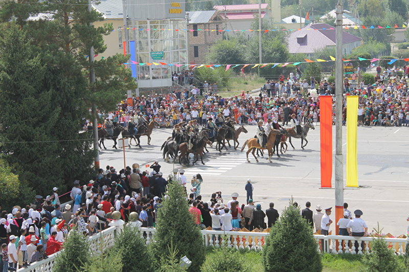 Шествие на праздновании 25-летия независимости Кыргызстана в Нарыне