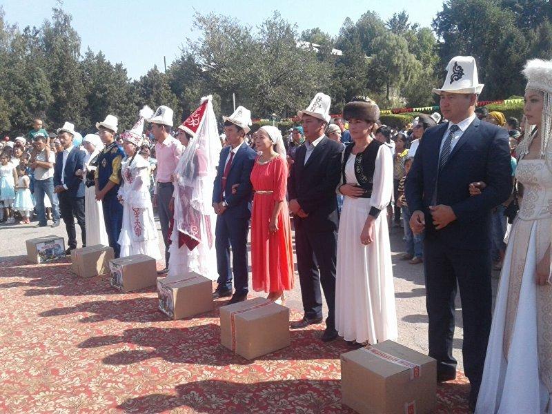 Свадебные пары на праздновании 25-летия независимости Кыргызстана в Ала-Буке
