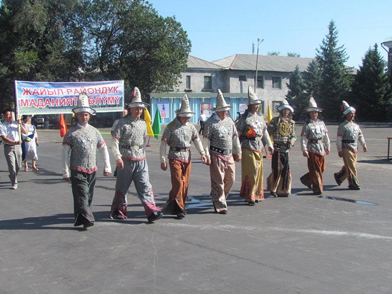 Мужчины в национальной одежде на праздновании 25-летия независимости Кыргызстана в Кара-Балте