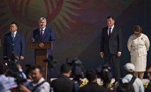 На сцене стоят президент Алмазбек Атамбаев, спикер Жогорку Кенеша Чыныбай Турсунбеков, премьер-министр Сооронбай Жээнбеков, экс-президент Роза Отунбаева и мэр Бишкека Албек Ибраимов на праздновании 25-летия независимости Кыргызстана в Бишкеке на площади Ала-Тоо