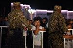 Мальчик смотрит праздничный концерт на площади Ала-Тоо в честь 25-летия независимости Кыргызстана