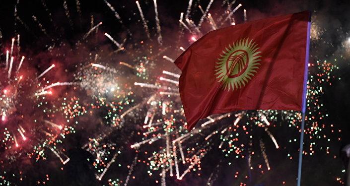 Флаг Кыргызстана на фоне праздничного салюта. Архивное фото