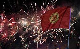 Флаг Кыргызстана на фоне праздничного салюта в честь 25-летия независимости