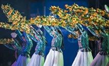 Танцевальный коллектив на праздничном концерте на площади Ала-Тоо. Архивное фото