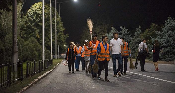 Сотрудники МП Тазалык, после праздничного концерта на площади Ала-Тоо в честь 25-летия независимости Кыргызстана