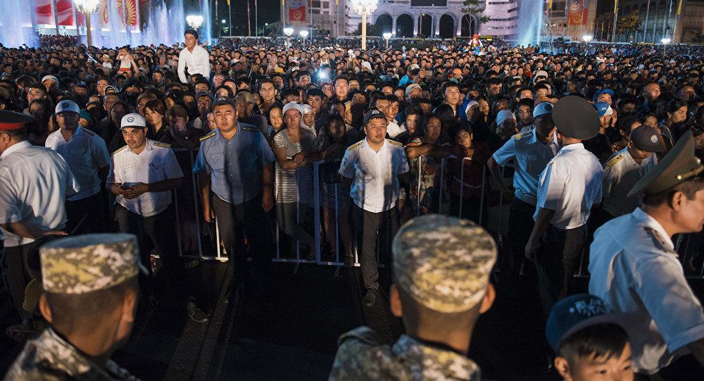 Сотрудники правоохранительных органов и зрители на праздничном концерте на площади Ала-Тоо в честь 25-летия независимости Кыргызстана