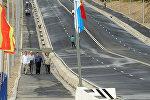 Горожане на новом мосту через реку Ак-Буура в городе Ош