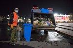 Сотрудник МП Тазалык во время уборки мусора на площади Ала-Тоо. Архивное фото