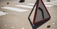 Дорожный указатель Опасный поворот налево. Архивное фото
