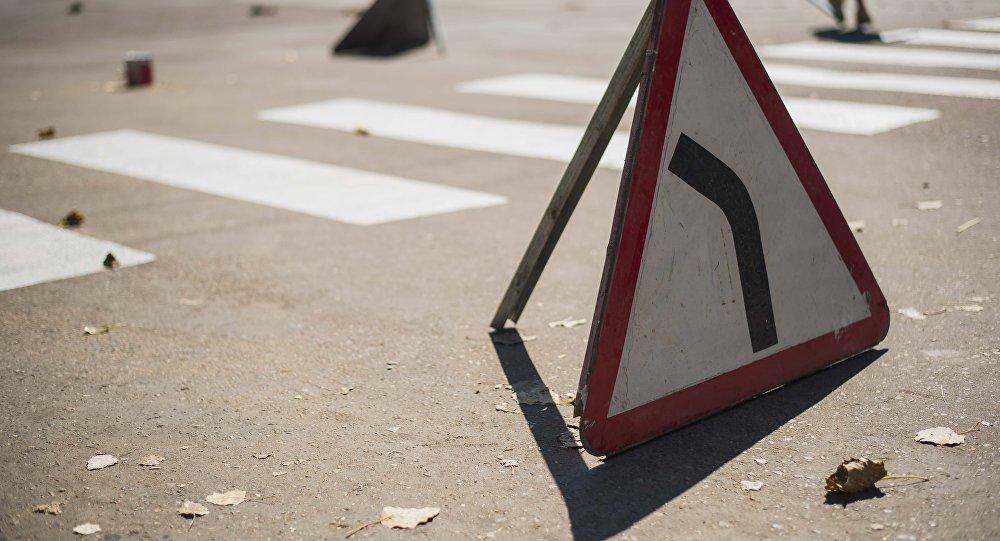 Дорожный указатель Опасный поворот налево на одном из трасс Нарынской области. Архивное фото