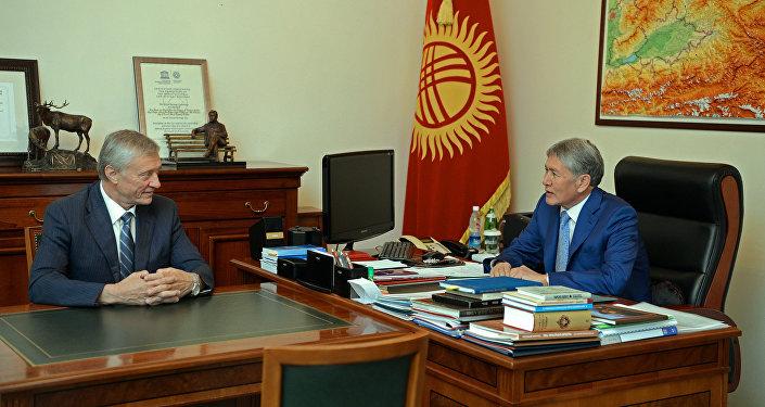 Президент Кыргызской Республики Алмазбек Атамбаев во время встречи с Генеральным секретарем ОДКБ Николаем Бордюжой