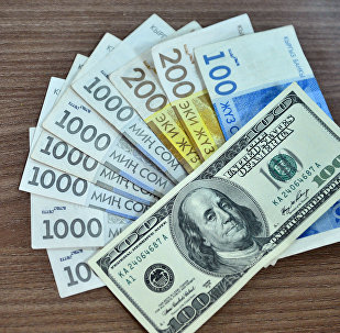 Национальная валюта и долларовая купюра