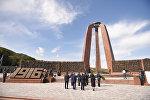 Президент Алмазбек Атамбаев на открытии мемориала, посвященного памяти погибших во время Уркуна (Великого исхода) в комплексе Ата-Бейит