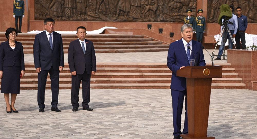 Президент Алмазбек Атамбаев Ата-Бейитте Үркүндө каза болгондордун элесине арналган мемориалдын ачылыш аземинде.