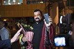 Известный актер и мастер боевых искусств Стивен Сигал в аэропорту Манас, приехавший на открытие II Всемирных игр кочевников.