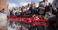 Люди на открытии мемориала, посвященного памяти погибших во время Уркуна (Великого исхода) в комплексе Ата-Бейит