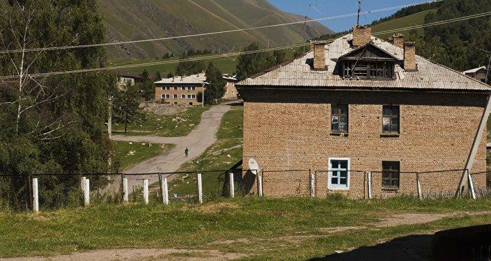 Дома в поселке Мин-Куш в Нарынской области. Архивное фото
