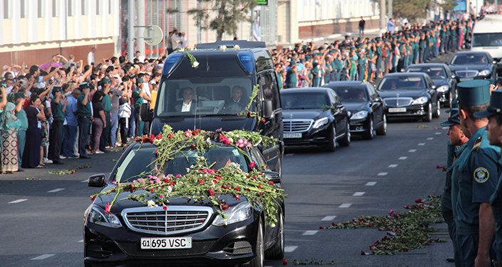 Ишемби күнү эртең менен Каримовдун сөөгү салынган кортежди миңдеген ташкенттиктер анын киндик кан тамган шаары Самаркандга узатты.