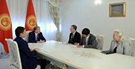 Президент Алмазбек Атамбаев и заместитель помощника Госсекретаря США Дэна Розенблюма и Ангелу Аггелер