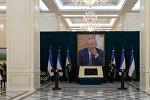 Портрет покойного президента Узбекистана Ислама Каримова в аэропорту Самарканда. Архивное фото
