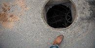 Открытый канализационный люк. Архивное фото