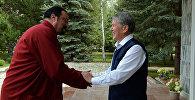 Белгилүү киноактер Стивен Сигал Дүйнөлүк көчмөндөр оюндарынын ыктыярдуу элчиси болууга даяр экенин президент Алмазбек Атамбаев менен болгон жолугушуусу
