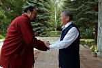 Президент Кыргызской Республики Алмазбек Атамбаев в Государственной резиденции в городе Чолпон-Ата встретился с известным киноактером Стивеном Сигалом.