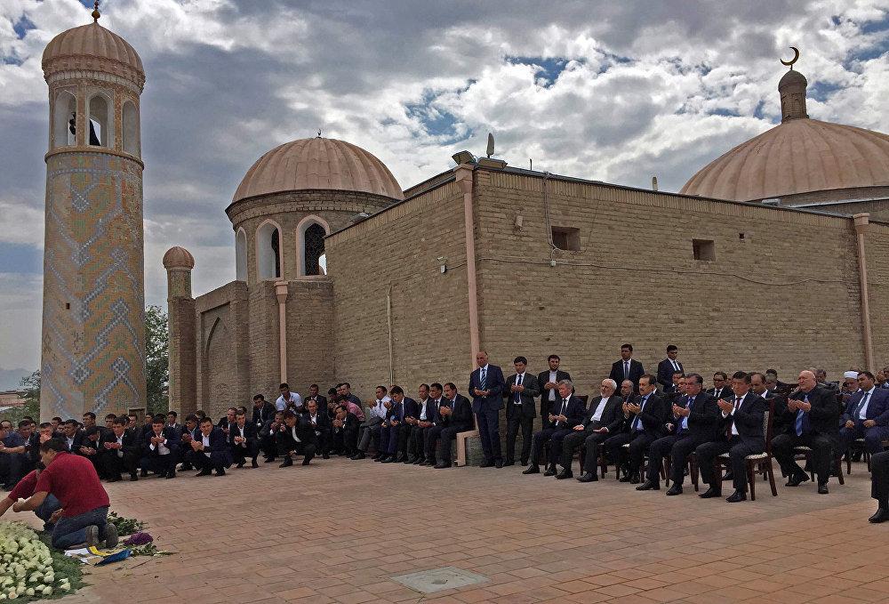 Акыркы 20 жыл ичинде Шахи-Зиндага эч кимди койгон эмес, бирок, Өзбекстандын туңгуч президенти үчүн орун табылды