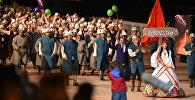 Делегация сборной Кыргызстана на параде участников II Всемирных игр кочевников на церемонии открытия.