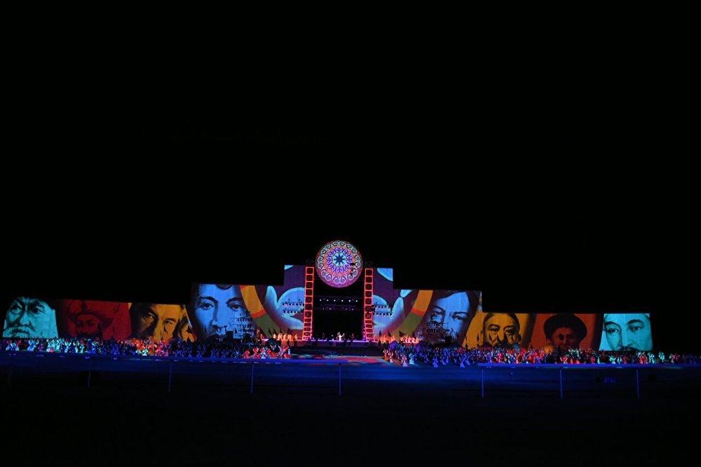 Чолпон-Ата шаарында II Дүйнөлүк көчмөндөр оюндарынын салтанаттуу ачылышы болду. Ага 6 миңден ашык артисттер — комузчулар, каскадерлор жана ыктыярчылар катышты. Ачылыш аземи 5D форматында өттү