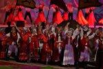 Театрализованное шоу на параде участников II Всемирных игр кочевников на церемонии открытия.