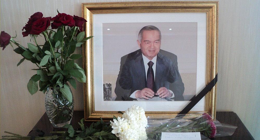 Цветы у портрета умершего президента Ислама Каримова в посольстве Узбекистана в КР