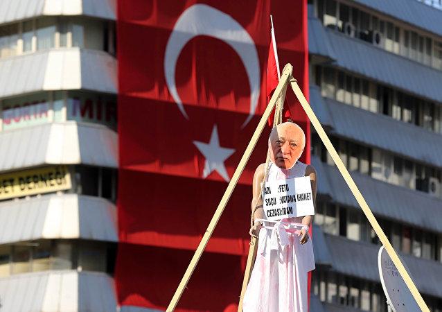 Повешенный манекен ппозиционного проповедника Фетхуллаха Гюлена на площади Кызылай в Анкаре. Архивное фото