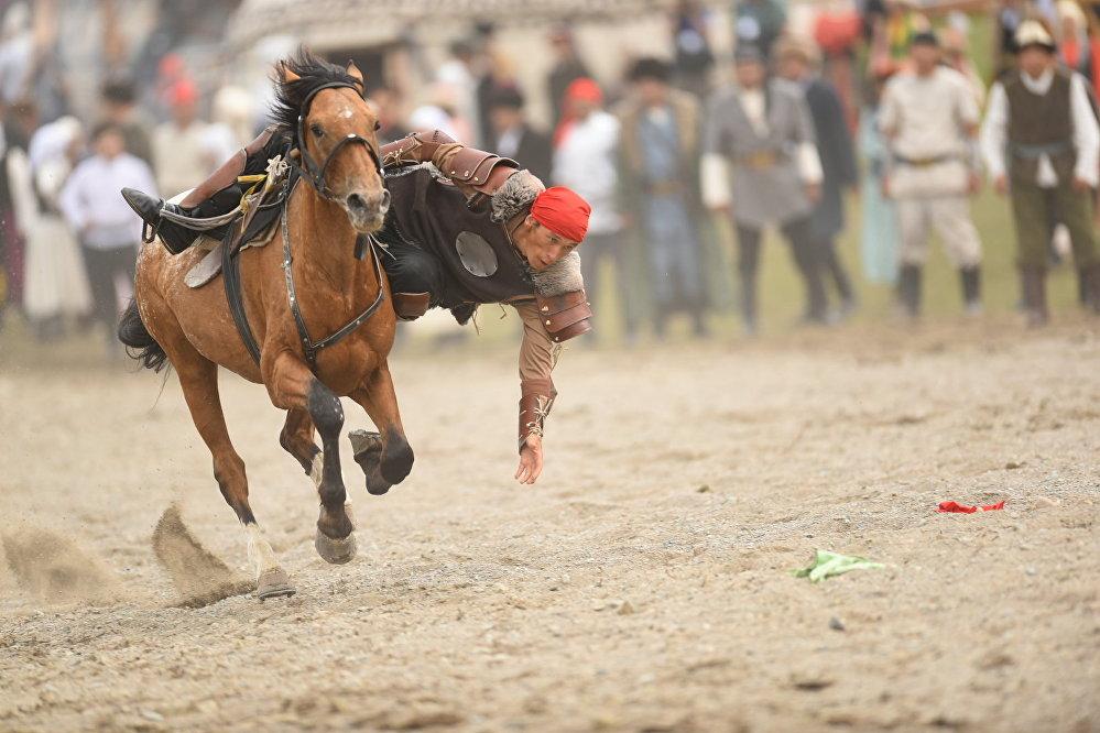 Кырчын жайлоосундагы Кыргыз айылы этношаарчасындагы чабандес маданий иш-чаранын алкагында өз өнөрүн көрсөтүүдө. Дүйнөлүк көчмөндөр оюндары 8-сентябрга чейин уланат. Катышуучулар улуттук спорттун 26 түрү боюнча күч сынашат