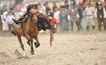 Ат минген жигит. Архивдик сүрөтных городами Бишкек и Ош, а также семью областями Кыргызстана. В Чолпон-Ате с 3 по 8 сентября проходят II Игры кочевников с участием спортсменов из 54 стран. В программу ВИК-2016 вошло 26 национальных видов спорта.