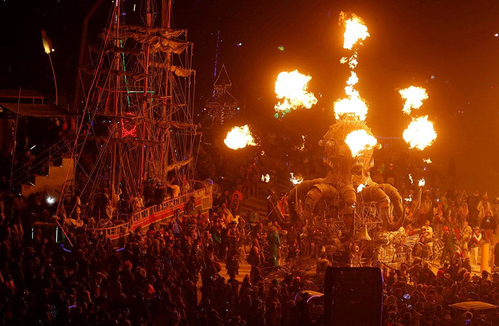 Американын Невада штатындагы Блэк-Рок чөлүндө өткөн Burning Man фестивалы. Бул фестиваль сегиз күнгө созулат