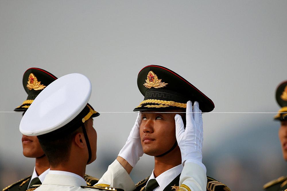 Кытайдын Аскердик ардак кароолунун аскерлери Ханчжоу Сяошань аэропортунда G20 саммитине мүчө мамлекеттердин катышуучуларын кабыл алууга даярданууда